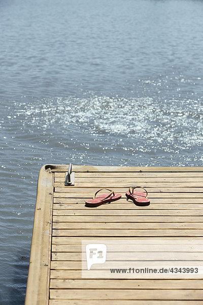 nebeneinander neben Seite an Seite See Dock Flip-Flops links