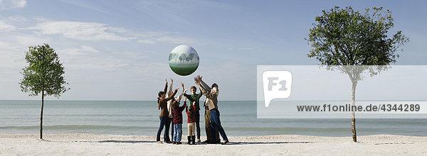 Ökologiekonzept  Gruppe von Menschen die Erde zusammen speichern