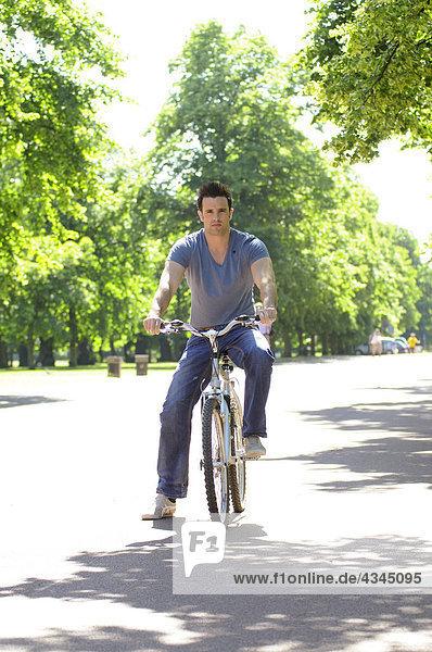 Junger Mann auf dem Fahrrad