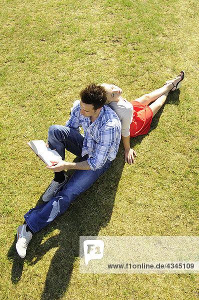 Paar entspannen zusammen Park