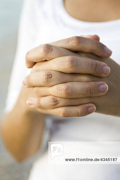 Die umklammerten Hände der Frau