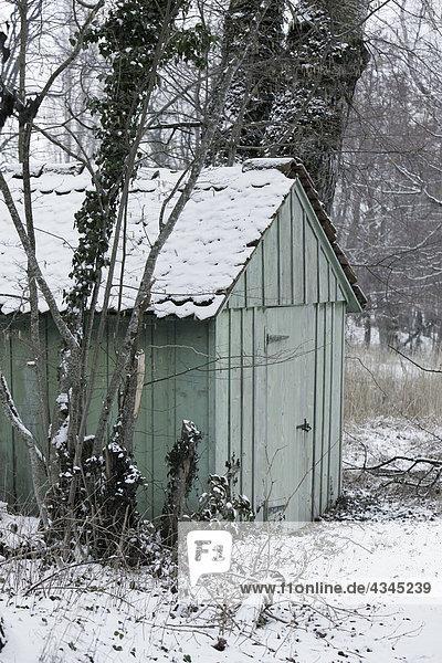 Mit Schnee bedeckter Schuppen
