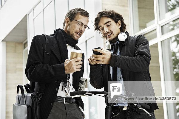 Männer neben dem Fahrrad  Kaffeepause Männer neben dem Fahrrad, Kaffeepause
