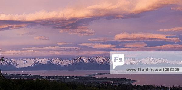 Gewitterwolken über Kenai CT w/die Lichter des Homer Spit @ sunset Kenai-Halbinsel Summer Evening