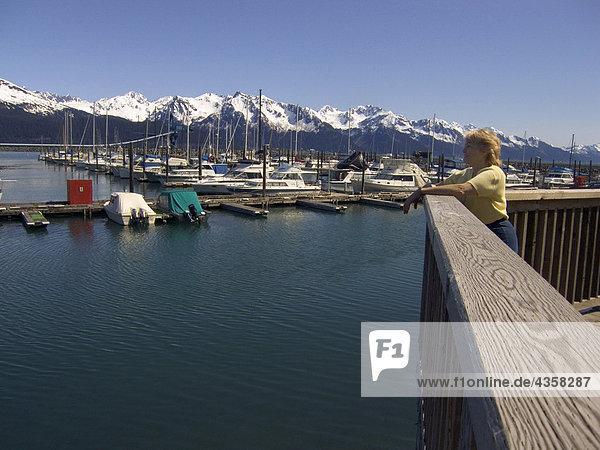Weibliche Besucher auf Boardwalk Seward Bootshafen Kenai-Halbinsel in Alaska Sommer anzeigen