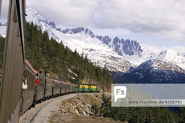 White Pass und Yukon Railroad Zug und Sawtooth Range in der Nähe von Skagway Alaska Southeast Sommer