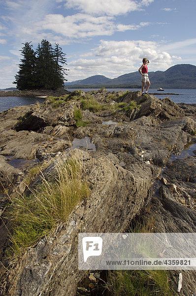 Frau genießt coastal Blick in der Nähe von Ketchikan im Sommer im Südosten Alaskas