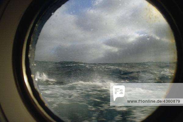 Ansicht rauher See aus Bullauge der M/V Unterfangen in South Atlantic Sommer