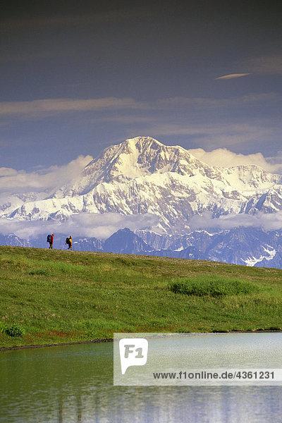 Wanderer auf Tundra im Denali State Park SC Alaska Sommer w/Mt McKinley Hintergrund