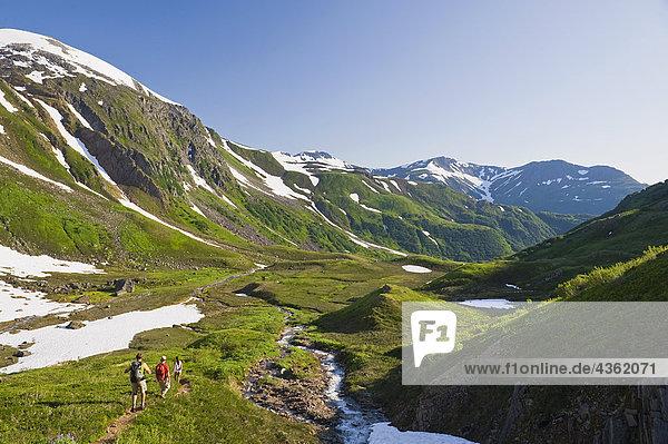 Drei Wanderer machen ihren Weg von der Mt. Juneau Ridgeline und in oberen Granit-Becken in der Nähe von Juneau  Alaska
