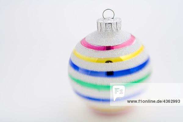 Portrait weiß Hintergrund Weihnachtsbaum Tannenbaum bunt Streifen Studioaufnahme Ball Spielzeug