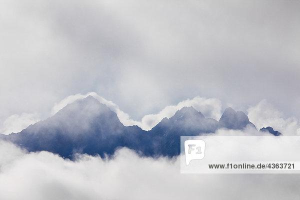 Die Spitze der Twin Sisters Gipfel gesehen durch die Wolken  Palmer  South Central Alaska. Die Spitze der Twin Sisters Gipfel gesehen durch die Wolken, Palmer, South Central Alaska.