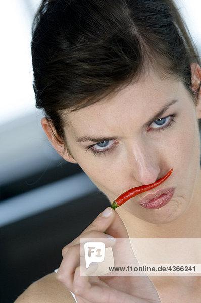 Porträt einer jungen Frau mit dem Duft von rotem Pfeffer