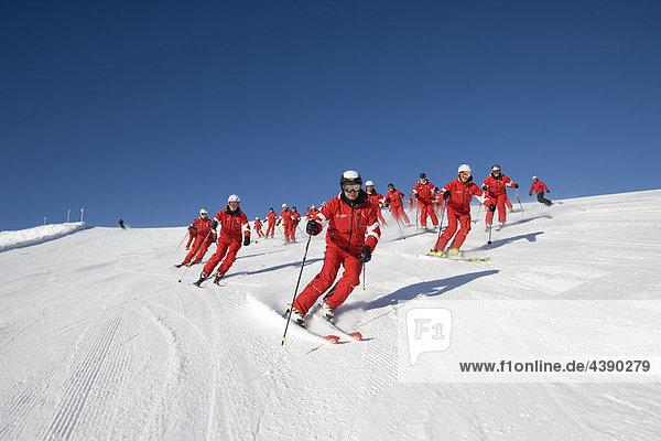 Ski  Frau  Skifahren  Sport  Winter  Wintersport  Gruppe  rot  einheitlich  Skigebiet  Oesterreich  Österreich  viele