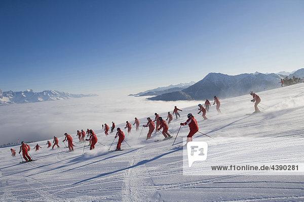 Ski  Frau  Skifahren  Sport  Winter  Wintersport  Gruppe  rot  einheitlich  Skigebiet  Oesterreich  Österreich  viele Ski, Frau, Skifahren, Sport, Winter, Wintersport, Gruppe, rot, einheitlich, Skigebiet, Oesterreich, Österreich, viele