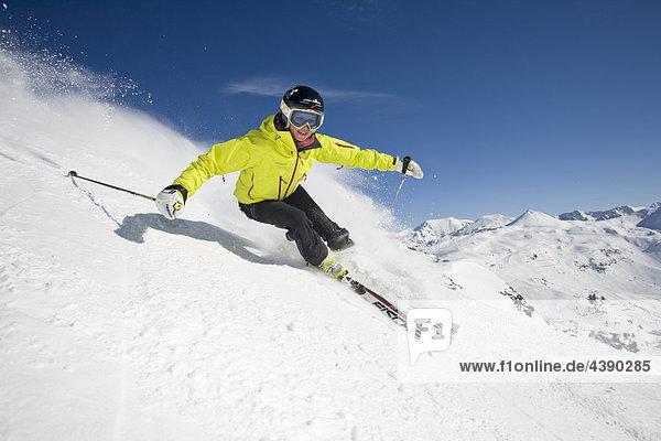 Ski  Frau  Skifahren  Sport  Winter  Wintersport  Obertauern  Salzburg  Oesterreich  Österreich  Helm  Schutz  Carving