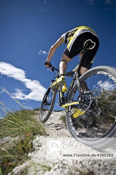Mountainbiking  Gardasee  Pregasina  Trentino  Italien  Radfahren  Velo  Velofahren  Mann  Tour  Sport  Geschicklichkeit  Balanc