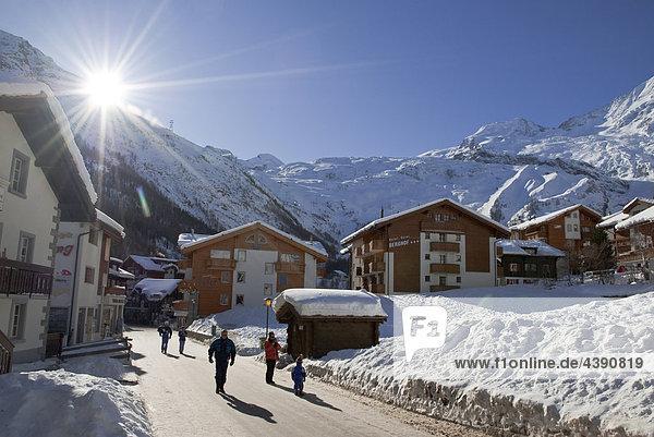 Bilderbuchwinter im Skiort Saas-Fee mit den Gipfeln Allalinhorn und Alphubel  von links nach rechts