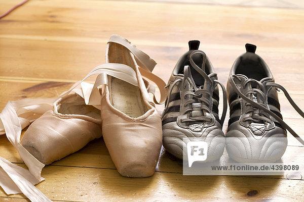 Stilleben Ballettschuhe und Fußballschuhe