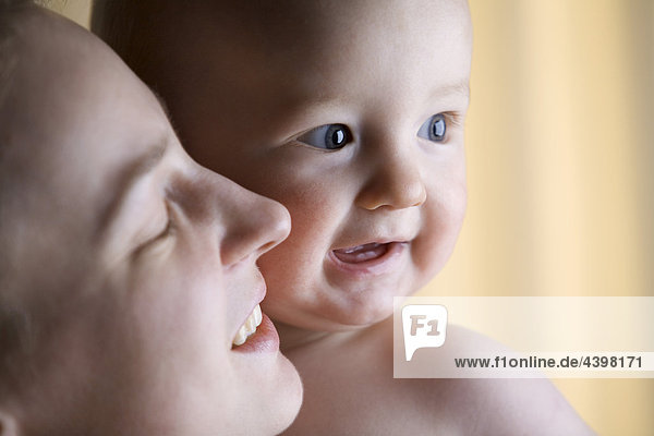 Porträt der jungen Mutter und baby