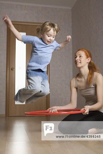 Interior  zu Hause  üben  jung  Tochter  Mutter - Mensch