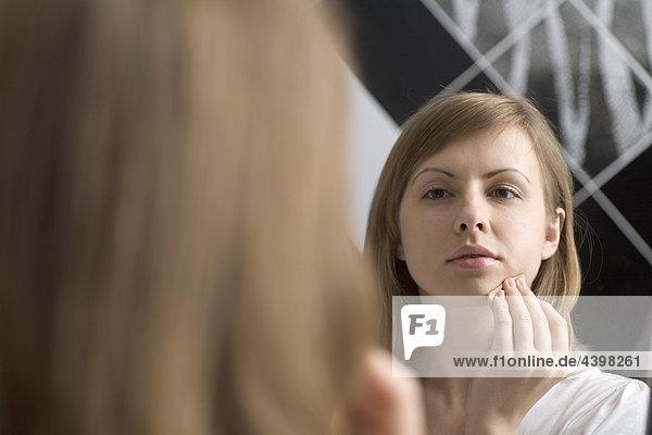 Poritrait jungen Frau anwenden-Make-up Poritrait jungen Frau anwenden-Make-up