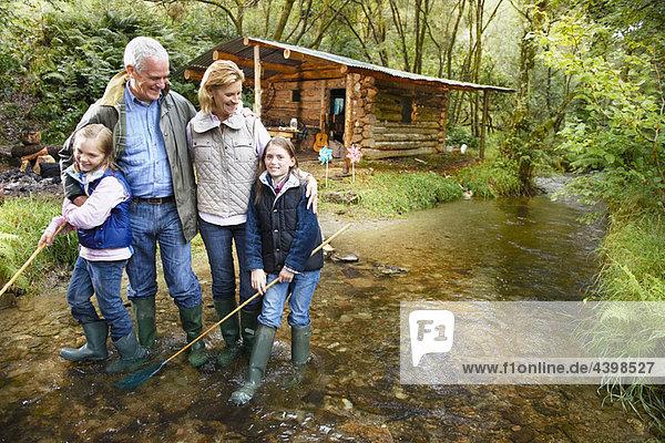 Großeltern und Enkelkinder umarmend