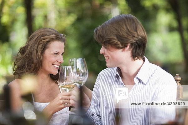 Frau und Junge klirren an den Gläsern