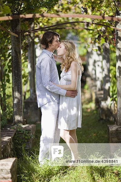 Junge - Person  küssen  Garten  Mädchen