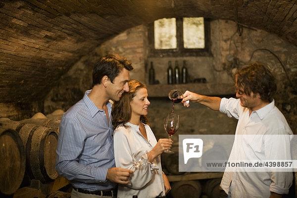 Weinverkostung im Keller