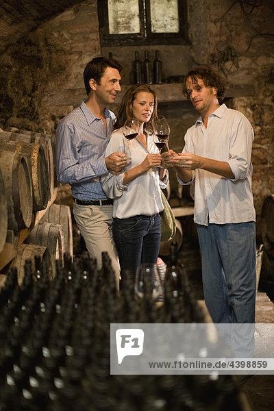 Mann erklärt Wein zum Koppeln