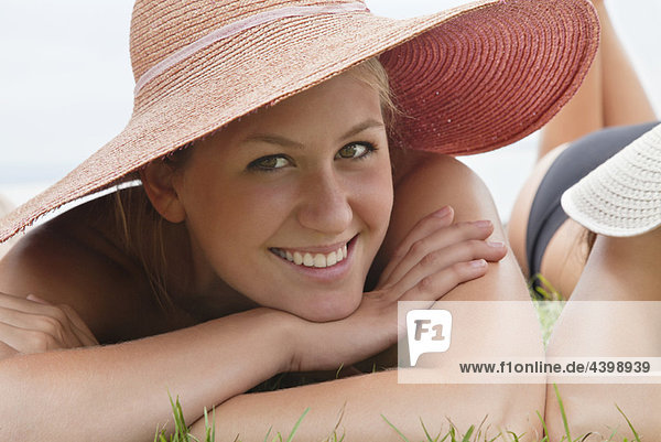 Junge Frau mit Strohhut Frau lächelnd