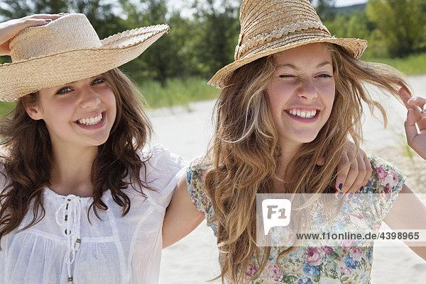 Hübsche Frauen  die zusammen lächeln.