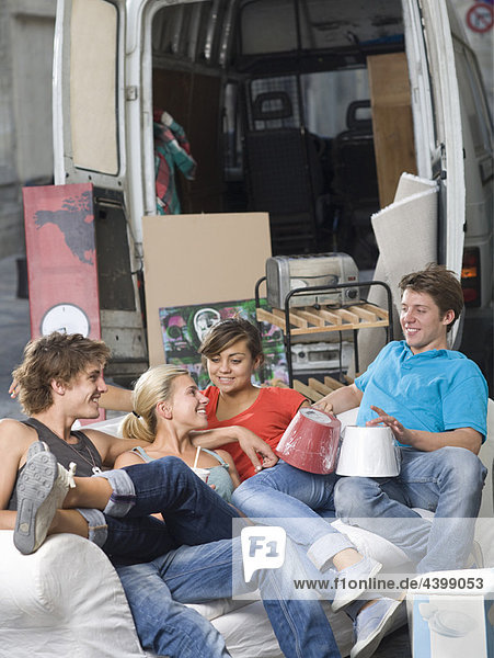 Junge Paare entspannen sich mit dem Umzugswagen