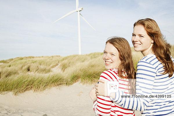 Jugendliche vor der Windkraftanlage
