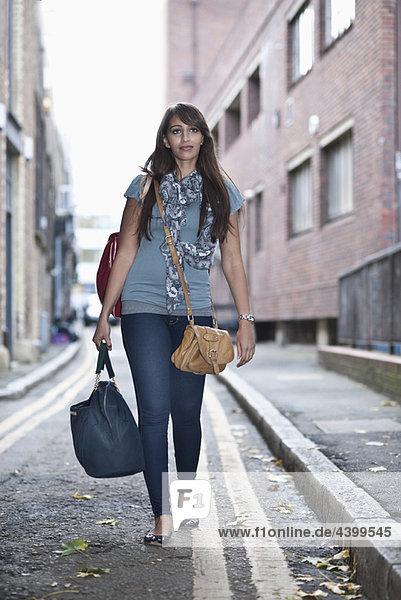 Junge Frau auf der Straße mit Taschen