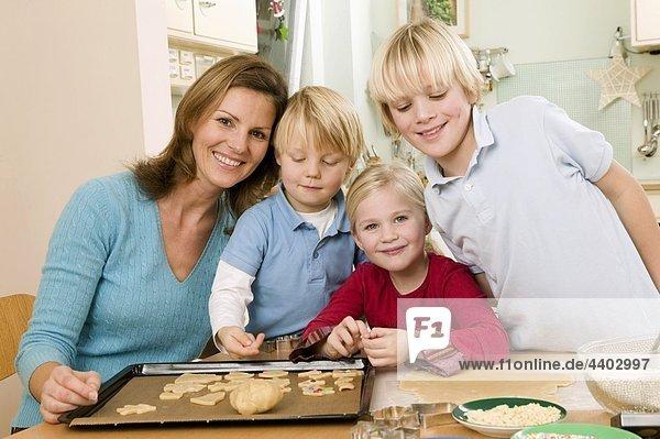 backen backend backt Keks 3 Mutter - Mensch
