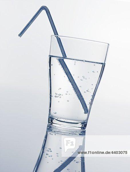 Ein Glas Mineralwasser mit Stroh