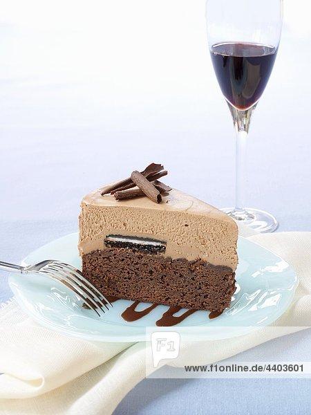Ein Stück Schokolade Kuchen und ein Glas Rotwein
