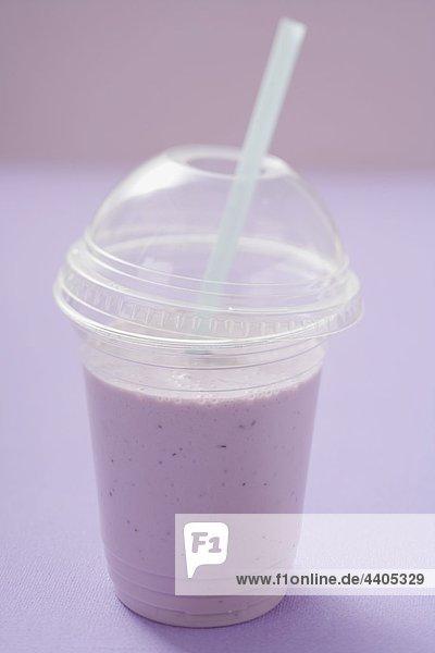 Blueberry Schütteln in Plastic Cup mit Stroh