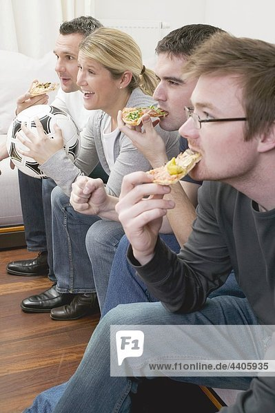 Freundschaft sehen Pizza Football