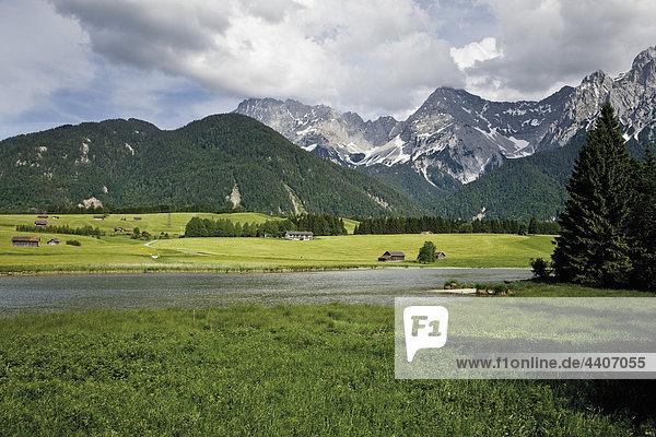 Deutschland  Bayern  Schmalsee mit Karwendelgebirge im Hintergrund