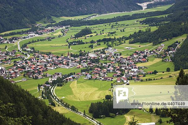 Österreich  Tirol  Oetz  Ötztal  Luftaufnahme der Landschaft mit Ort