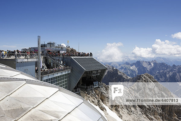 Austria  Tyrol  Zugspitze  Tourist at outdoor cafe  mountains in background