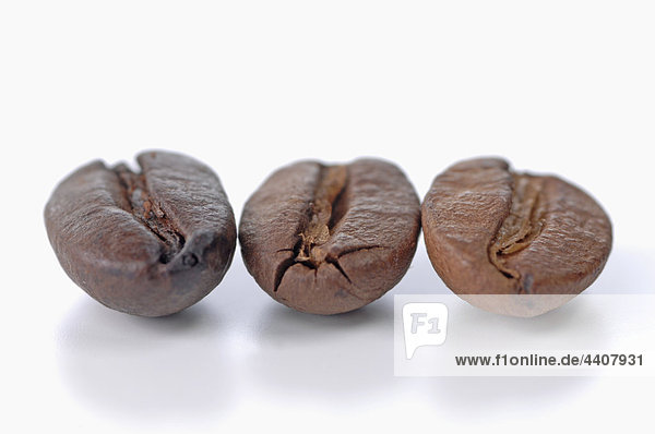 Kaffeebohnen auf weißem Hintergrund