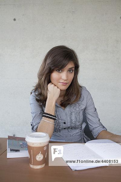 Frau studiert im Klassenzimmer  lächelnd  Portrait