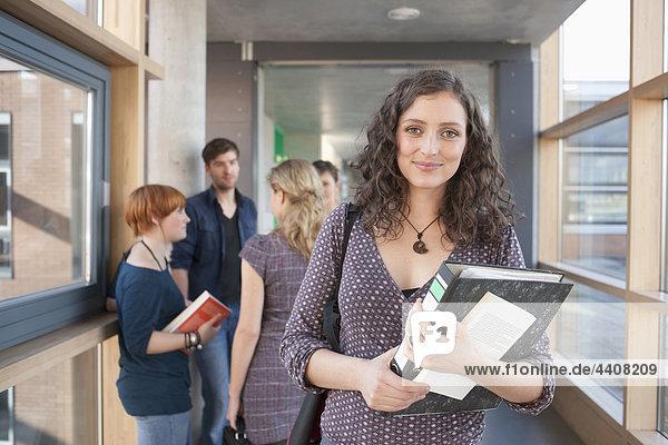 Frauen lächeln  Studenten reden im Hintergrund