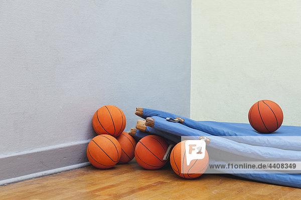 Deutschland  Berlin  Turnmatten mit Basketball in der Schulsporthalle