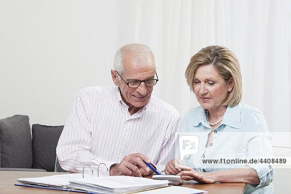 Senioren-Paar beim Papierkram