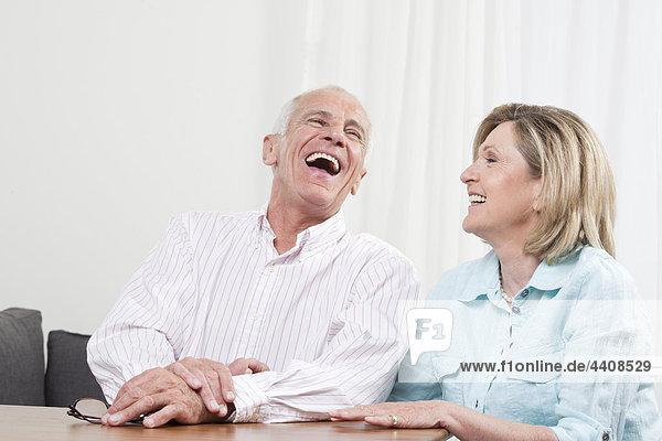 Seniorenpaar genießt  lächelt